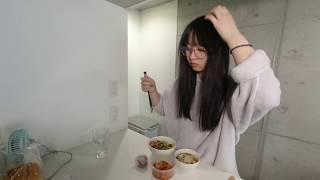 れーゆるが定位置でサラダとスープと鶏肉とご飯を食す。 ご当地アイドル、963(くるみ)のチャンネルへようこそ! チャンネル登録&高評価よ...