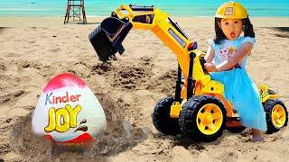 Boram brinca com brinquedos na escavadeira