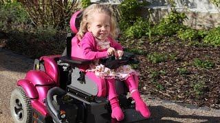 Stark mit Handicap: Juli führt ihren Rollstuhl vor - Video zum Sternsinger-Magazin