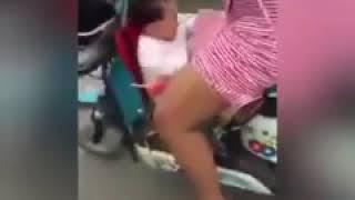 Малой поднимает маме платье