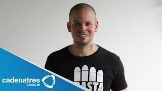 Vocalista de Calle 13 reparte instrumentos a alumnos de escuela de arte