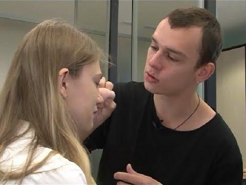Стилист, визажист, парикмахер: почему мужчины выбирают немужские профессии