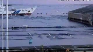 転覆する船舶、流されるコンテナ=福島県小名浜港を襲う津波 thumbnail