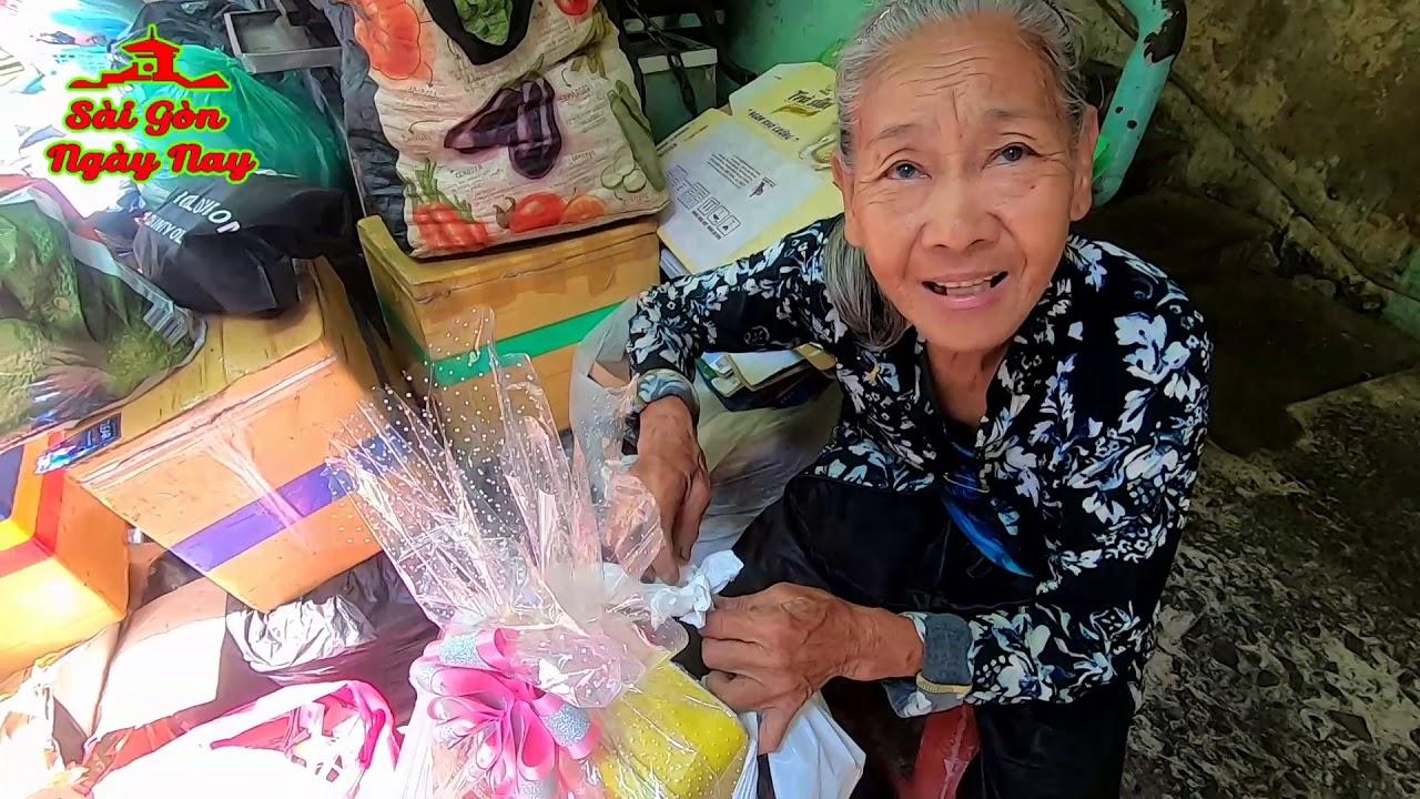 Bà còng 73t nhặt rác ở chung cư Ấn Quang xúc động nhận Tiền và Quà Tết