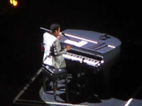 """Lionel Richie sings """"Three Times A Lady"""" in Tampa"""