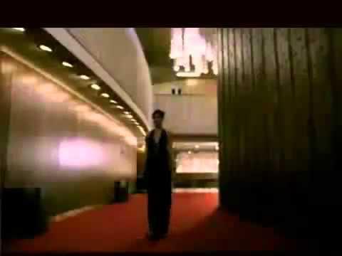 Video hài hước: Khi người đẹp cởi đồ