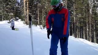 горка Златоуст. Напрямик. Красно-синий лыжник в  зелёном  шлеме.