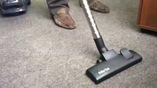 Как пылесос Mirta убирает землю с ковра