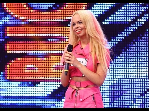 """Barbie de România se străduieşte să cânte """"Barbie Girl"""" şi leşină pe scenă!"""