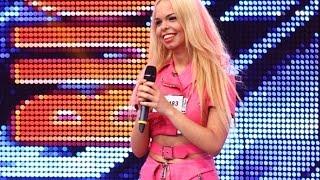 Barbie de Romania se straduieste sa cante &quotBarbie Girl&quot si lesina pe scena!