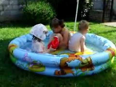 Les enfants dans la piscine youtube for Piscine enfant