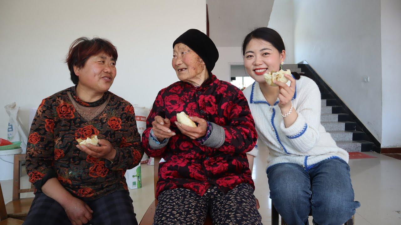 老妈蒸大肉包给姥娘吃,90岁姥娘吃得津津有味,却不认识老妈是谁
