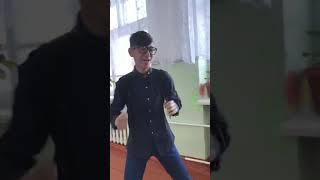 Очень бешеный школьник танцует и поёт под музыку | Бешеный Хач | Страшный тип