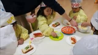 子供たちと一緒に、ピザトーストを作りました! 初めに材料の紹介と諸注...
