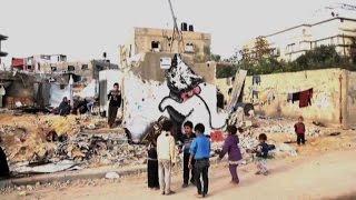 Il video di Banksy per Gaza, i suoi graffiti fra le macerie