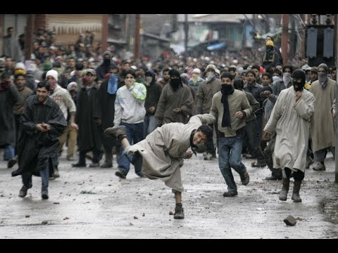 Fight in Kashmir  (police and public)कश्मीर मे पोलिस  और सेना  का दंगा जनता के साथ