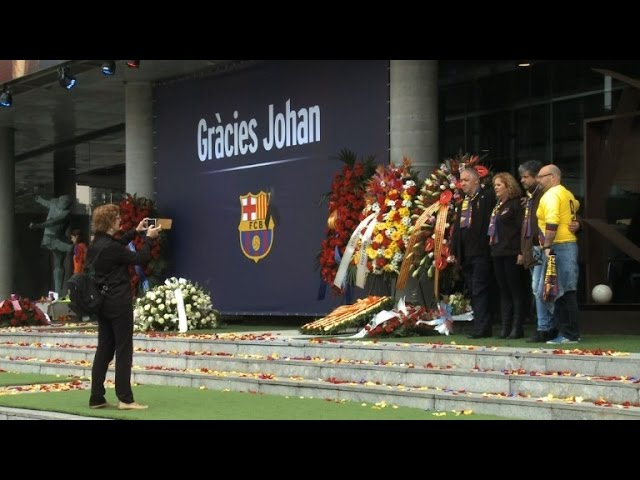 Barcelona fans pay hommage to Cruyff