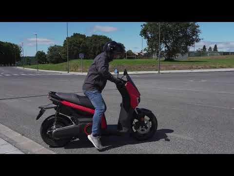 Citroën Ami vs Seat e-scooter