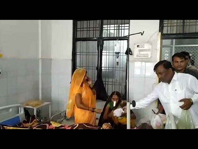 प्रधानमंत्री नरेंद्र मोदी के जनमदिन पर सदर विधायक पलटू राम ने फल का किया वितरण