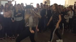 Танцевальный баттл на перемене - Шавриева Настя VS Елисеева Аня
