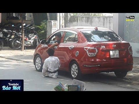 Hành động bất ngờ của tài xế xe ô tô với anh bán vé số tật nguyền - Tin Tức Mới