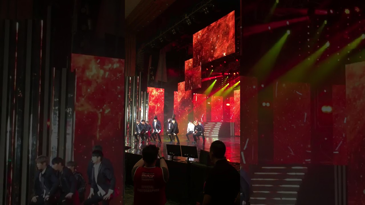 Nhóm nhạc Hàn quốc Wanna One tại Mama 2017 in Vietnam