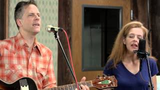 "Calexico - ""Tapping On The Line - Live (feat. Neko Case)"""