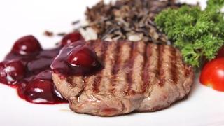 Стейки из говядины под клюквенным соусом.steak. beef steaks.