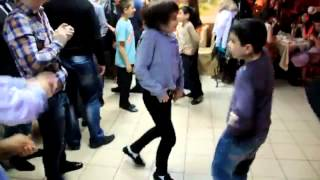 Лезгинка в исполнении учеников школы.(shkola-.FLV