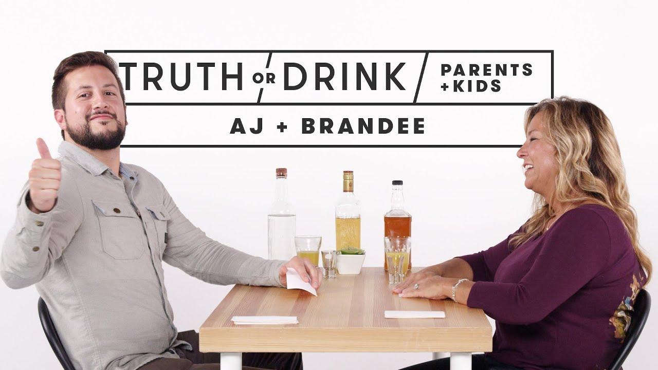 Родители и деца играат вистина или предизвик со пиење