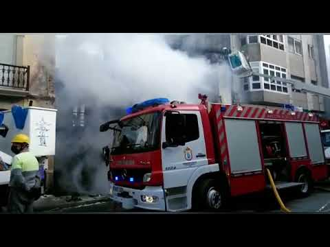 Los bomberos enfrían la vivienda incendiada en Vilalba