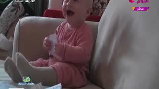طفل يدخل في نوبة ضحك هستيري بسبب أصوات تمزيق الأوراق