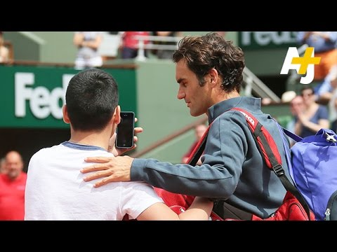 Roger Federer Not Happy With  Trying To Take Selfie At French Open