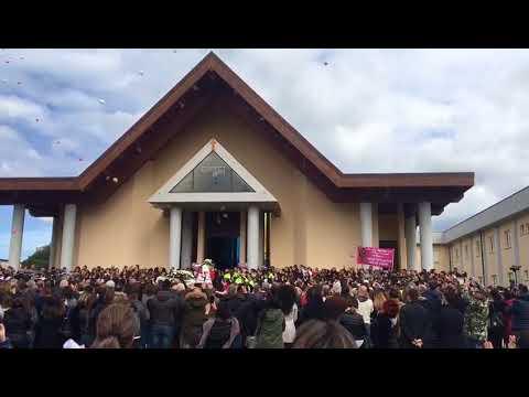 Strage di Cisterna di Latina, il funerale di Alessia e Martina: applausi all'uscita dei feretri