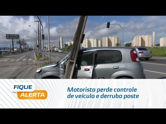 Motorista perde controle de veículo e derruba poste no bairro Cidade Universitária