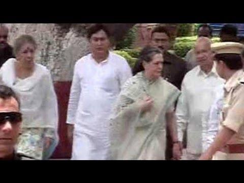 Sonia Gandhi, Sushil Kumar Shinde visit Bodh Gaya blast site