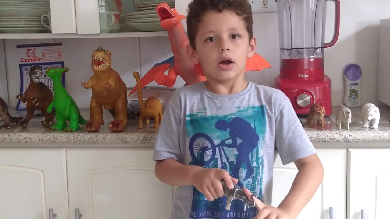 Lorenzo Cavallaro apresentando seus animais de brinquedos.