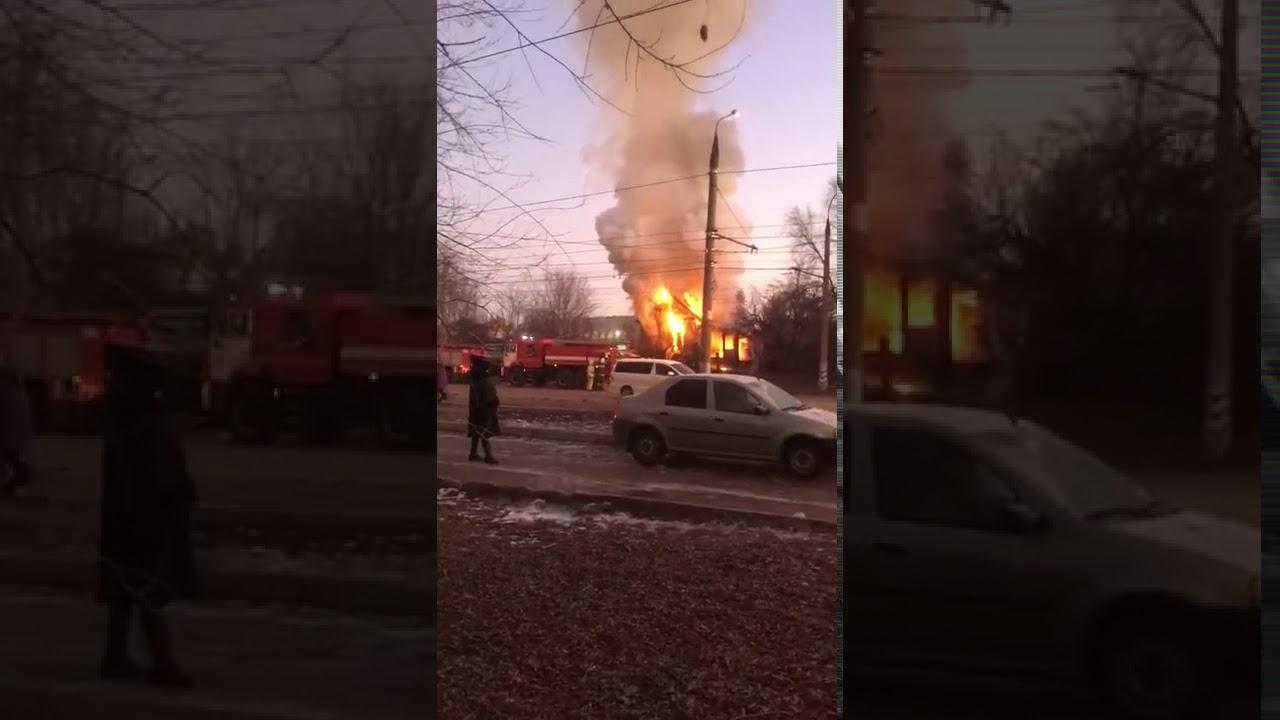 В Балакове горит деревянный нежилой дом