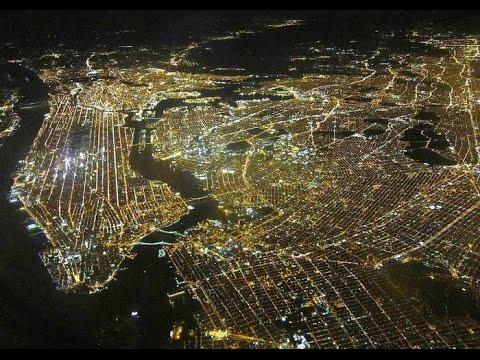 Вид на ночной НьюЙорк из окна самолета. Взлет самолета Airbus.