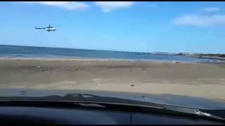 Браконьеров загоняют к берегу  вертолётом.