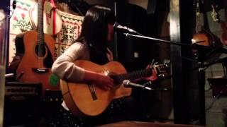 シンガーソングライターになりたての彼女。 人の心を癒す声。