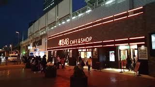 บรรยากาศหน้าร้าน AKB48 Cafe ที่ AKIHABARA ช่วงกลางคืน สามารถซื้อน้ำลุ้นถ้วยรองแก้วหน้าร้าน ถ่ายเมื่อวันพุธที่ 17 ตุลาคม 2018 เป็นการมาญี่ปุ่นครั้งแรกของผมเอง.