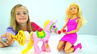 Барби подарили единорога. Мультик с куклами для девочек