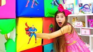 Nastya e Artem abrem caixas com super heróis