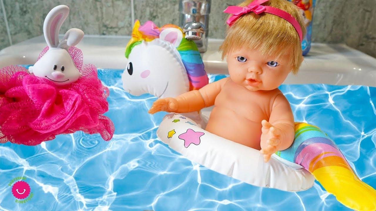 Rutina de Baño de Neala y estrena ropa, pijamas y vestidos de muñecas