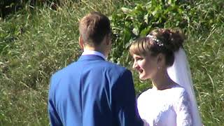 Жених и невеста гуляют на природе