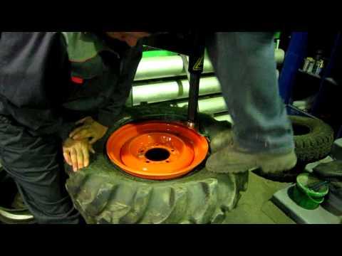 Процесс одевания резины ВЛ-30 на диск УАЗа