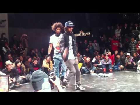 Невероятно крутой хип хоп данс батл лучших танцоров в мире, Les Twins нереально круто танцует