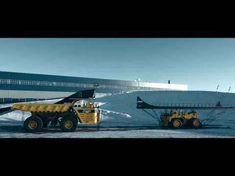 Новый рекорд в мире FMX: прыжок на самый большой в мире движущийся грузовик БелАЗ