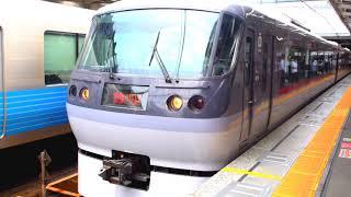 所沢駅を発車する特急レットアローと西武20000系